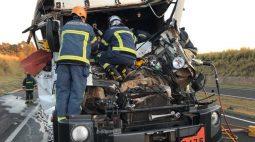 Vídeo: acidente na BR-376 deixa caminhoneiro preso às ferragens; resgate foi feito de helicóptero