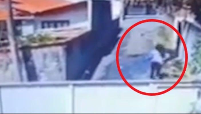 VÍDEO: Mãe acerta chinelo na filha mesmo depois da jovem fugir pelo portão
