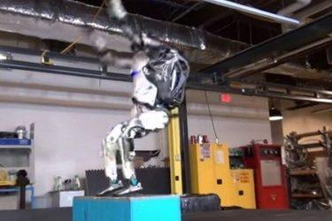 VÍDEO: Robô impressiona mortal para trás e movimentos de parkour