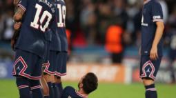 Após vitória do PSG, Neymar publica foto com Mbappé e Messi no vestiário