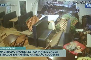 Enxurrada invade restaurante e causa estragos em Ampére