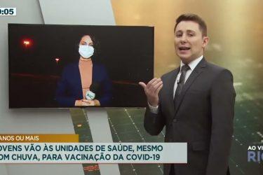 Jovens vão às unidades de saúde, mesmo com chuva, para vacinação da COVID-19