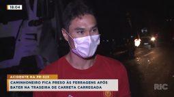 Caminhoneiro fica preso às ferragens após bater na traseira de carreta carregada