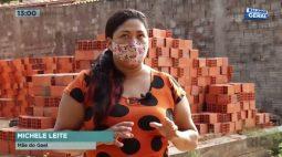 Pilha de tijolos cai e mulher usa o próprio corpo para proteger o bebê