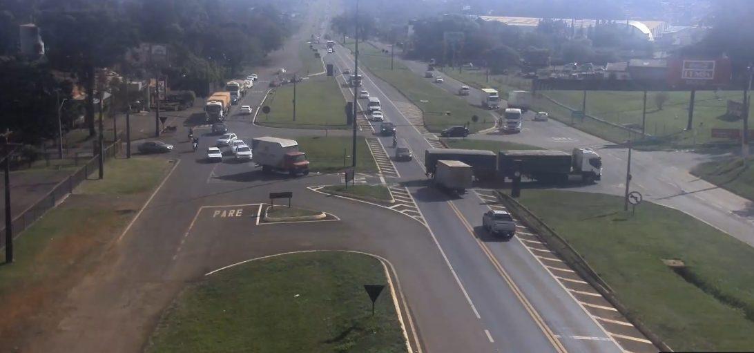 Imagem mostra acidente entre caminhões na BR-277, em Cascavel