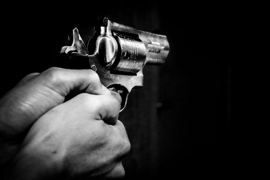 Trio armado invade casa, rende família e rouba celulares, dinheiro, roupas e acessórios