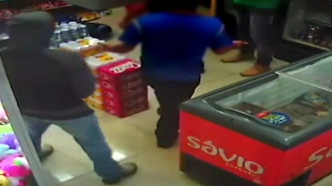 VÍDEO: Homem atira acidentalmente nele mesmo durante assalto e morre