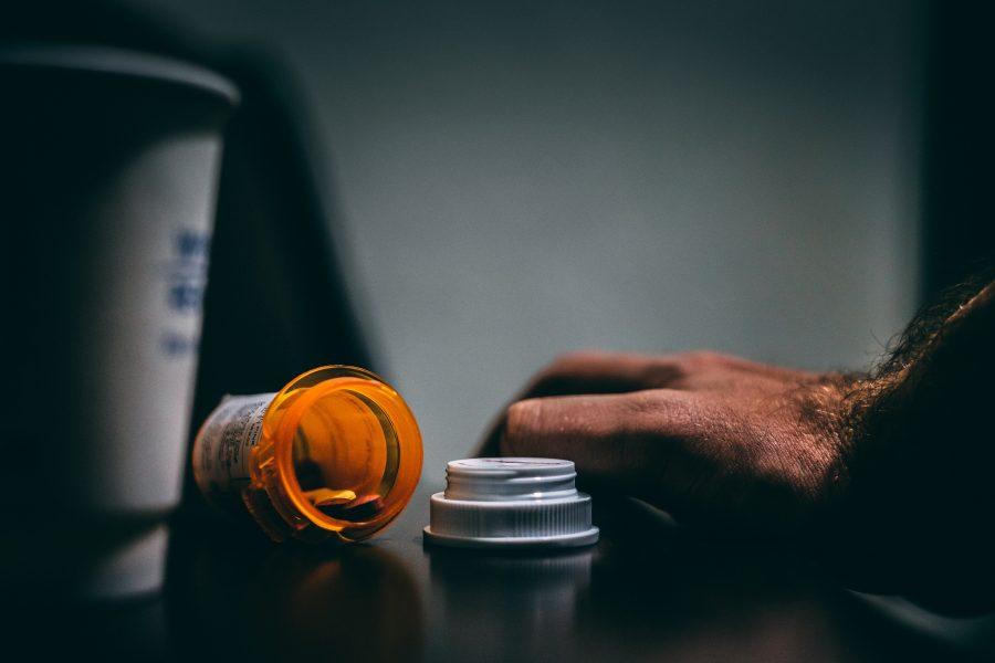 Farmacêutico clona carimbo de médica e emite mais de 500 receituários falsos
