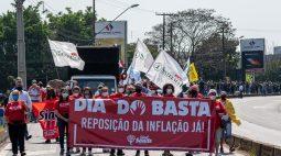 Servidores estaduais fecham acesso à Ponte da Amizade para cobrar reposição salarial