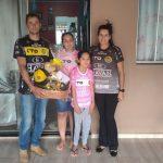 FC Cascavel presenteia família com produtos oficiais do clube para auxiliar no tratamento de torcedora
