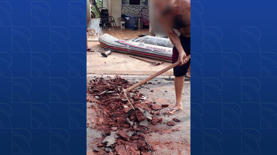 Homem se revolta com falta de lombadas e decide fazer com a própria enxada; assista ao vídeo