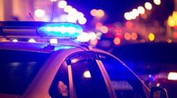 Mulher bate no filho com cabo de rodo e chama a polícia para si mesma