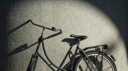 Homem sai de casa e encontra bicicleta 'misteriosa' estacionada dentro do seu quintal