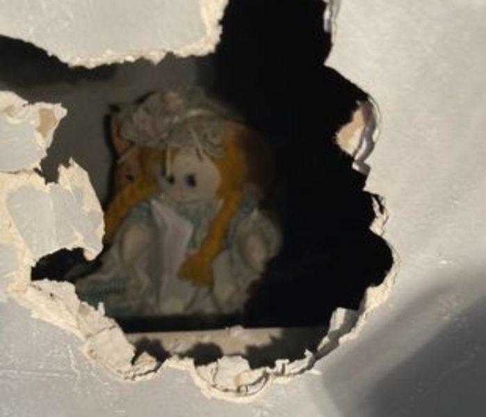 """Homem encontra boneca na parede com bilhete misterioso: """"Obrigada por me libertar"""""""