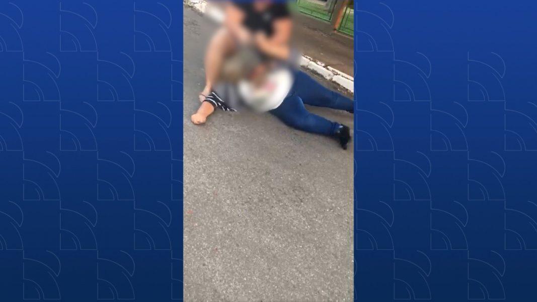 VÍDEO: Mulher faz 'deboche' no TikTok e é espancada no meio da rua