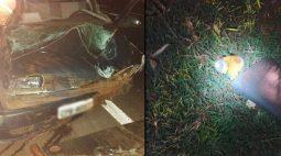 Latas de cerveja são encontradas ao lado de carro capotado; motorista fugiu