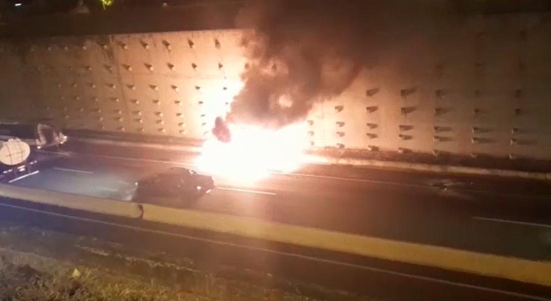 VÍDEO: Após acidente, carro é arrastado por caminhão e pega fogo em Maringá