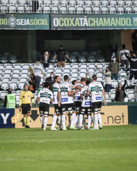 No retorno da torcida, Coritiba vence o Guarani por 1 a 0 e segue na liderança isolada da Série B
