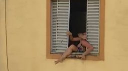 VÍDEO: Grávida tenta pular da janela para escapar de agressões do marido