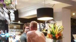Homem é flagrado nu fazendo pedido em balcão de bar