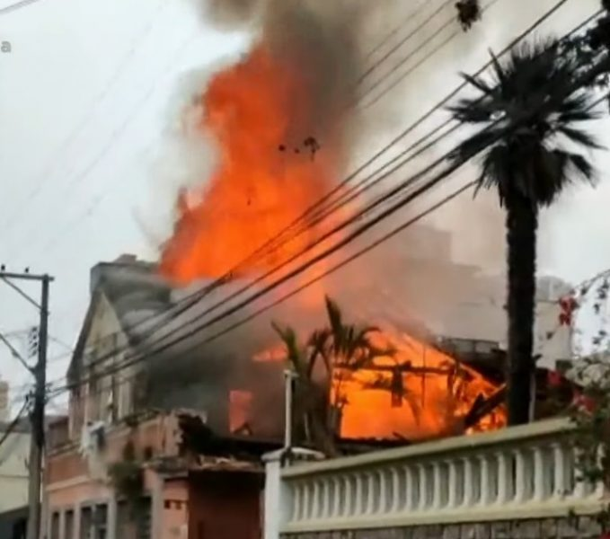 Incêndio de grandes proporções é registrado no Centro Histórico de Curitiba