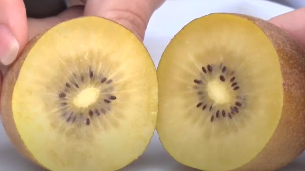 """Uva com sabor de algodão-doce e kiwi de polpa amarela: conheça as frutas """"diferentonas"""""""