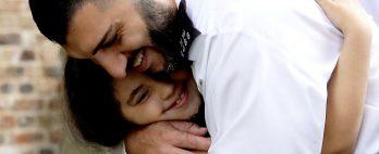 Menina de 7 anos esfaqueada pelo pai reencontra policiais que salvaram sua vida