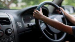 Menino de 2 anos atropela e mata prima ao dar partida no carro do pai