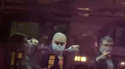 VÍDEO: Em Nova York, Marcelo Queiroga mostra dedo do meio para manifestantes