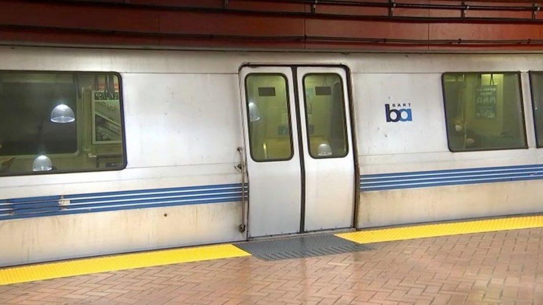 Mulher não solta coleira de cão presa em porta de trem e morre ao ser arrastada