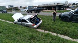 Motorista foge em alta velocidade, cai em valeta e morre em confronto com a PM; carro estava recheado de maconha