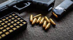 Menina morre após levar tiro acidental quando brincava com a arma do pai