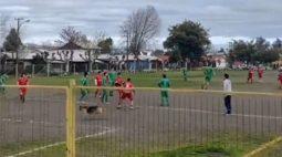 """VÍDEO: Cão invade jogo de futebol, """"dribla"""" defesa e marca gol"""