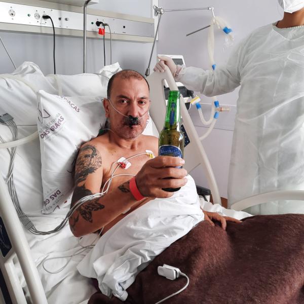 Paciente comemora recuperação da Covid-19 com cerveja e refrigerante: 'Estou vivo'