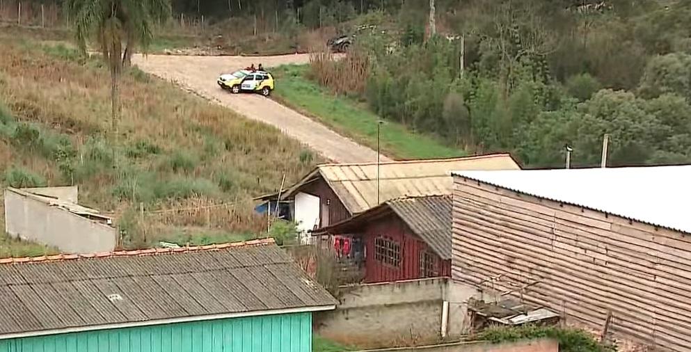 Adolescente de 14 anos faz mãe refém na RMC; vizinhos ouviram tiros e pedidos de socorro