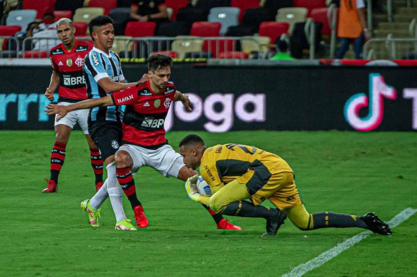 Rodrigo Caio comemora retorno aos gramados após dois meses fora