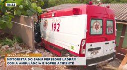 Ambulância se envolve em acidente e vai parar dentro de casa em bairro de Cascavel