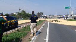 Caminhão tomba na BR-476, em Araucária, e causa interdição total da rodovia