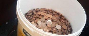 Homem recebe último salário em balde com milhares de moedas