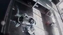 Vídeo mostra momento em que carro cai em cima de funcionárias de concessionária