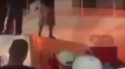 VÍDEO: Jovens dançam em cima de carro funerário em baile funk