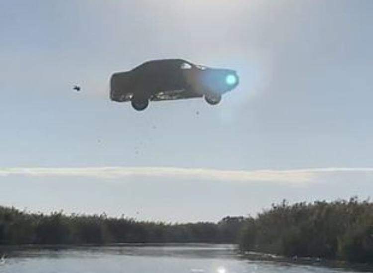 Homem 'voa' com BMW e vai parar no hospital; veja o vídeo