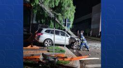 Motorista com sinais de embriaguez bate carro e derruba poste no centro de Maringá