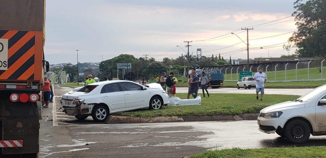 Carro se envolve em acidente com ônibus e minutos depois é atingido por carreta