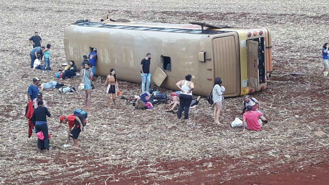 Ônibus capota e deixa quase 40 pessoas feridas no Oeste do Paraná; assista