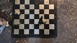 Partida de xadrez termina com os dois jogadores mortos a facadas após crise de ciúmes