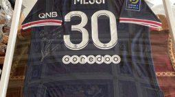 Papa Francisco ganha camisa do PSG autografada por Messi