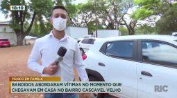 Bandidos abordaram vítimas no momento que chegavam em casa no Bairro Cascavel Velho