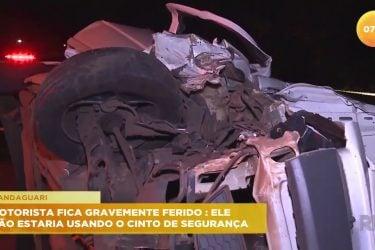 Motorista fica gravemente ferido por não estar usando o cinto de segurança em acidente