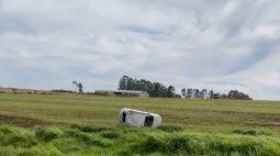 Motorista capota carro, bate em poste e sai ileso de acidente na BR-467